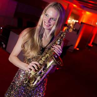 Attraktive Saxophonistin als Walking-Act